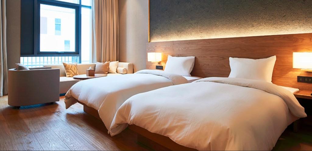 O prédio do Muji Hotel, em Shenzen, acomoda 79 quartos e a maior loja da marca no país