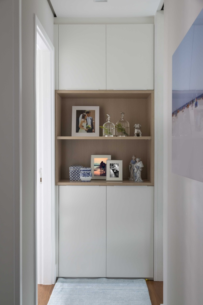 Apartamento com marcenaria versátil que divide e integra espaços