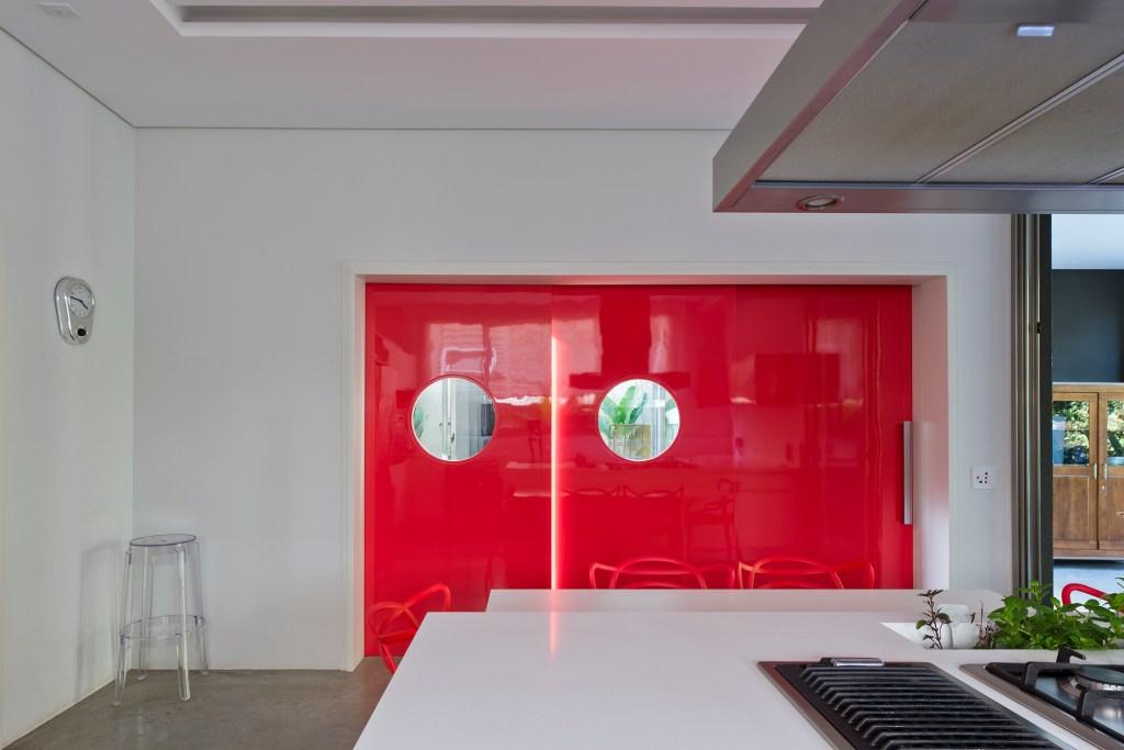 Cozinha com detalhes em vermelho