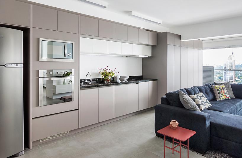 Cozinha em estilo corredor com painéis modulares