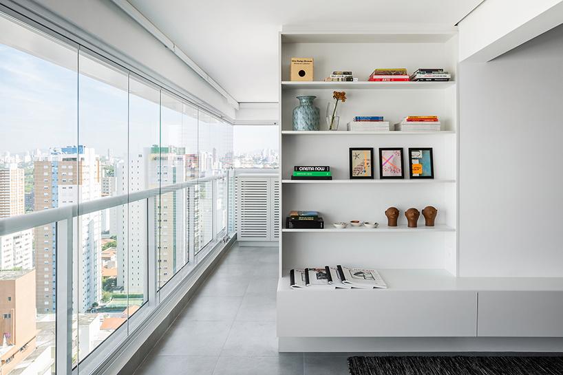 Apartamento de 84 m² com áreas integradas e decoração leve em SP