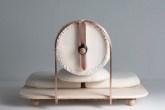 Com design minimalista, a peça tem poucos elementos e deixa o usuário bem próximo do chão