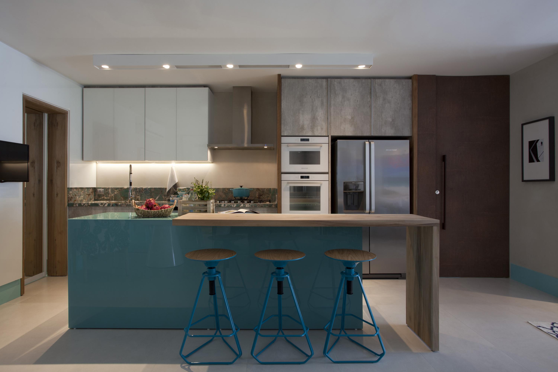 Cozinha com bancada azul