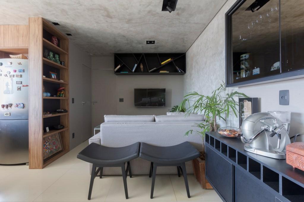 Sala de estar com decoração industrial e cimento queimado
