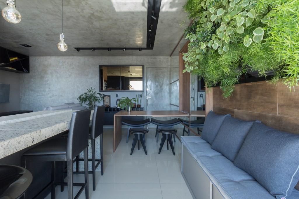 Sala de jantar com decoração industrial e cimento queimado