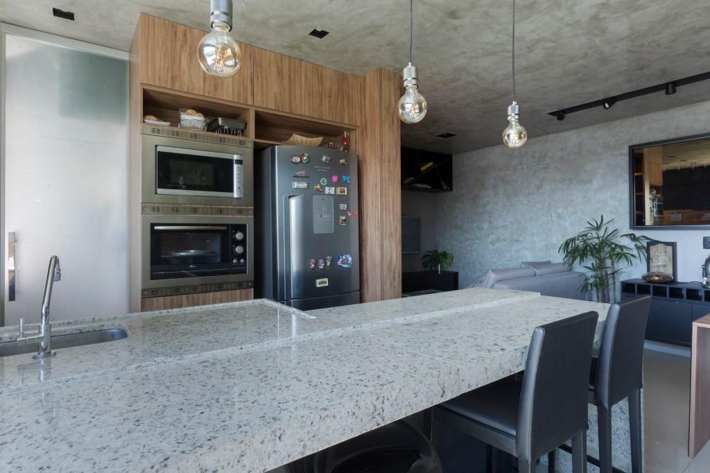 Cozinha com decoração industrial e cimento queimado