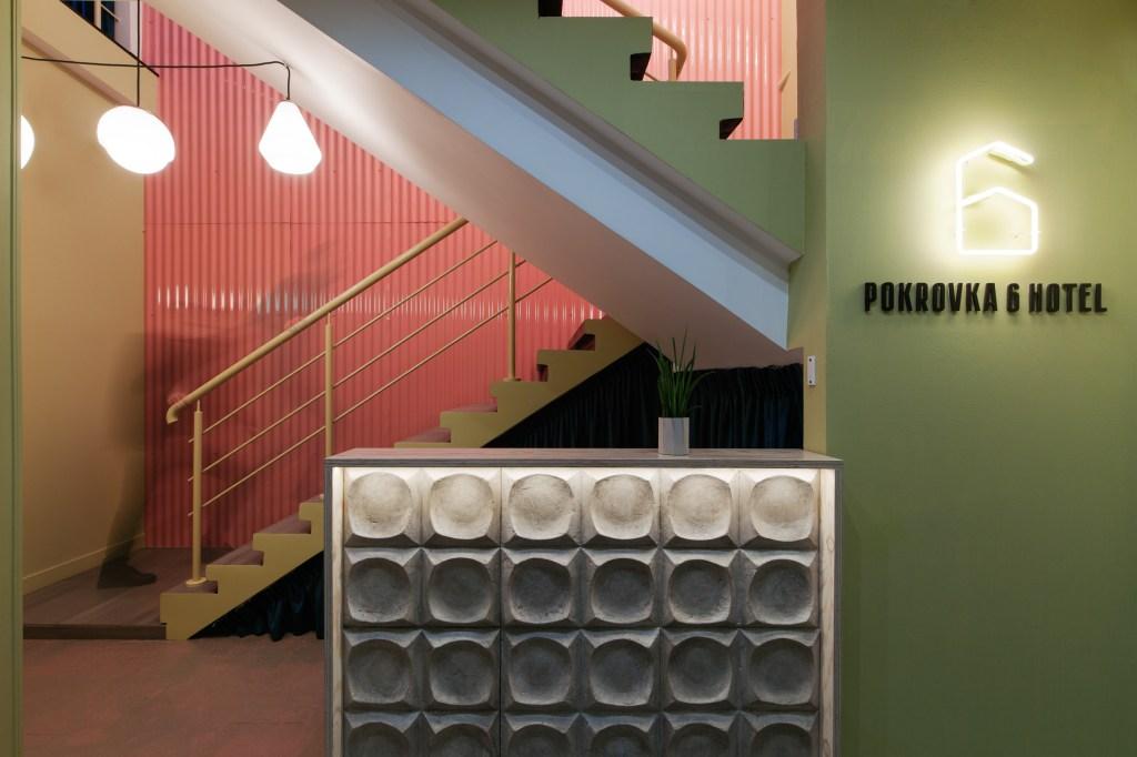 No sótão de um prédio histórico, o Pokrovka 6 é composto por diversos elementos que homenageiam a herança do país