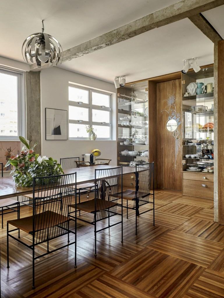 Vitrines desenhadas pela arquiteta expõem as louças da moradora. As cadeiras são de Joaquim Tenreiro. O lustre (Dominici) também é vintage.