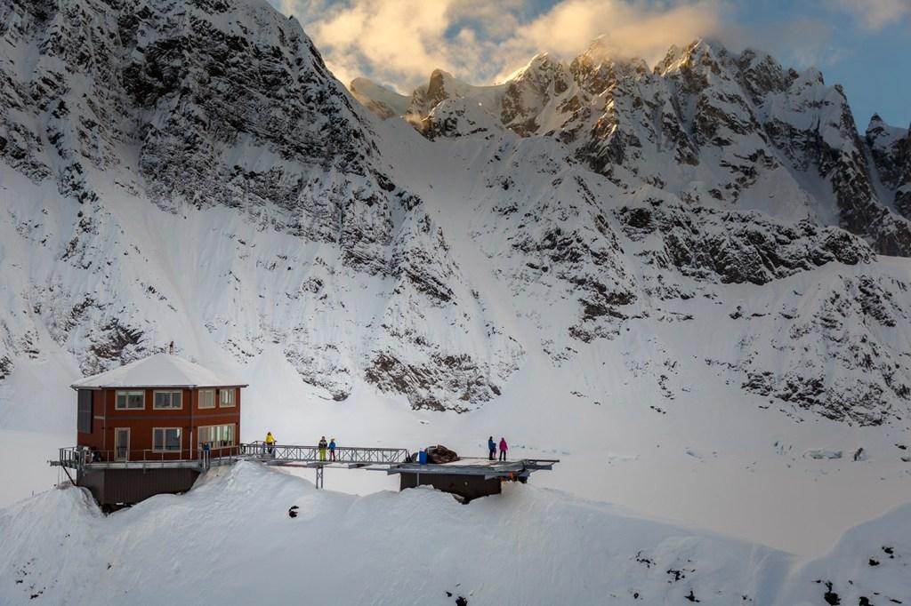 Em meio aos picos nevados do Denali National Park, o Sheldon Chalet acomoda até 10 hóspedes por vez