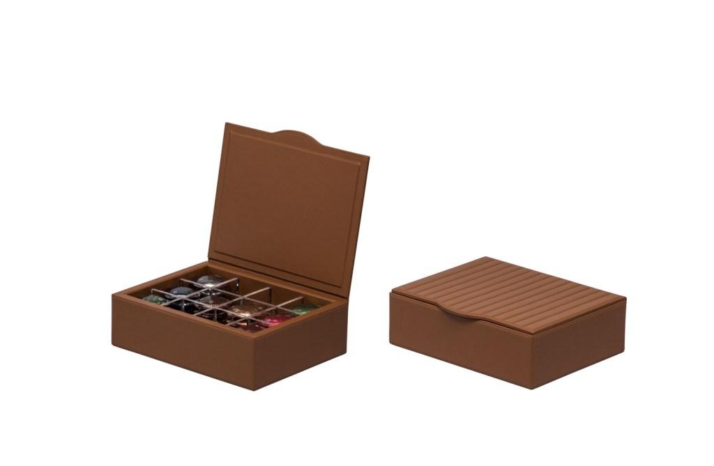 O Zenius, novidade da temporada, vem em tom caramelo e pode ser acompanhado de uma caixa – também em couro – para cápsulas