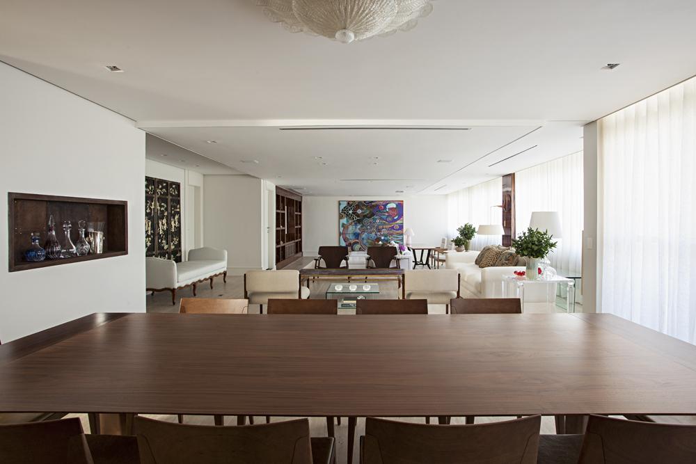 Apartamento de 300 m² com madeira predominante no décor