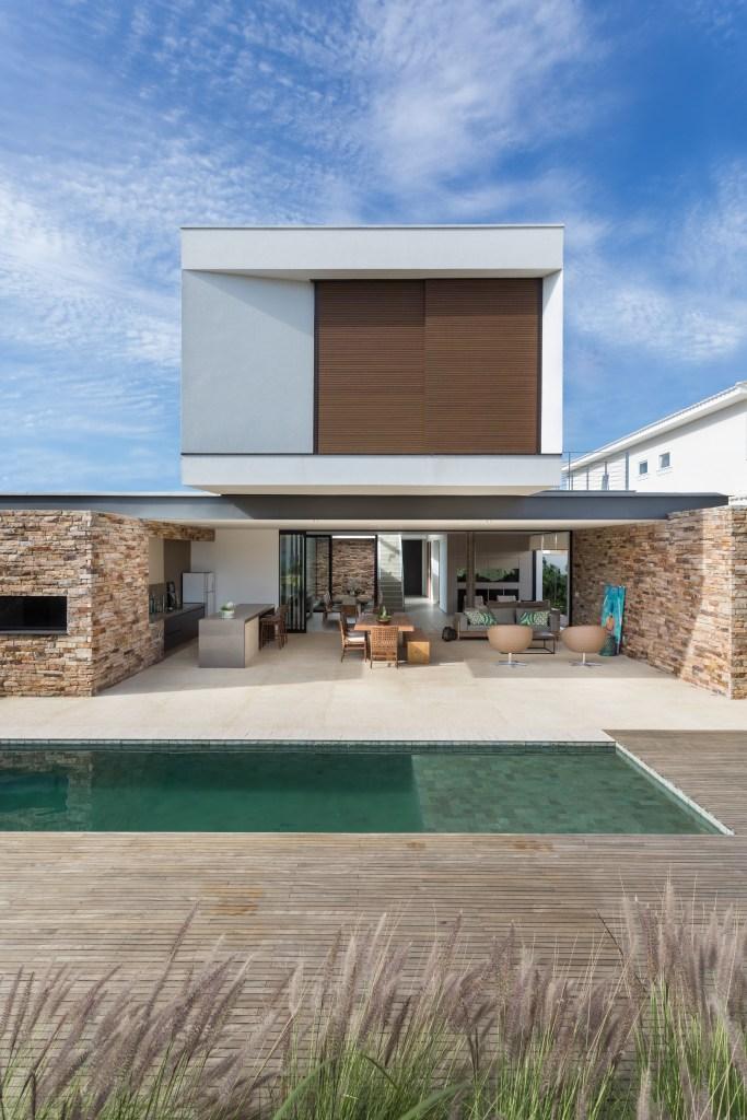 Casa em Campinas tem arquitetura minimalista e luz natural abundante