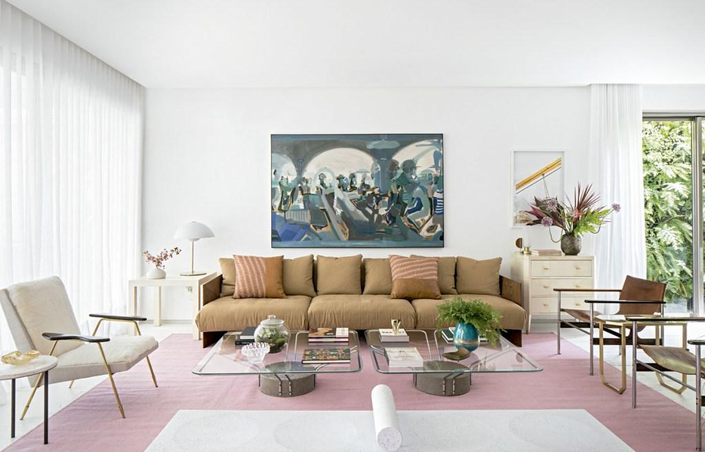 A poltrona de Jonathan Adler (à esq. na foto) foi trazida de Nova York. Tapete da Botteh, sofá de Jader Almeida (Micasa), mesas de centro de João Kaarah, poltronas de couro de Thomaz Saavedra e quadro azul de Pedro Silva.