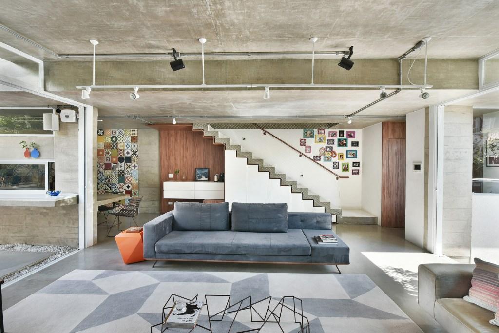 Casa na Vila Madalena mistura peças do design nacional com materiais brutos