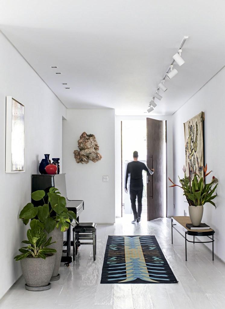 No hall de entrada, passadeira da Botteh, banco do Atelier Gustavo Bittencourt e tapeçaria do Dagmar Saboya Escritório de Arte.