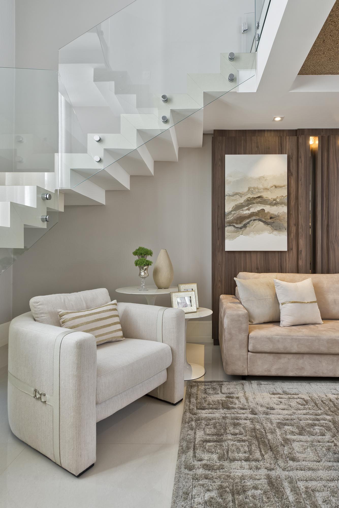 A escada é a grande estrela desta sala de estar