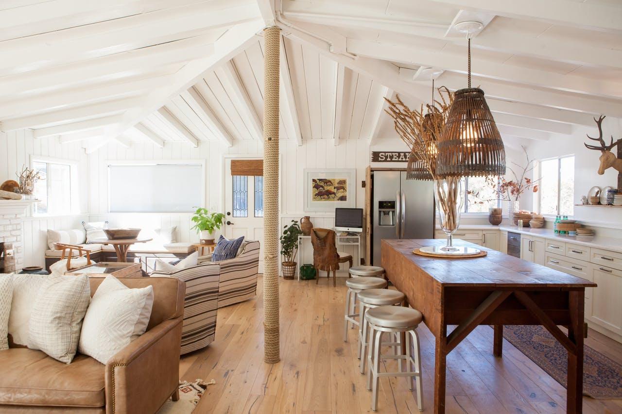 Sala de estar tem pegada rústica e móveis garimpados
