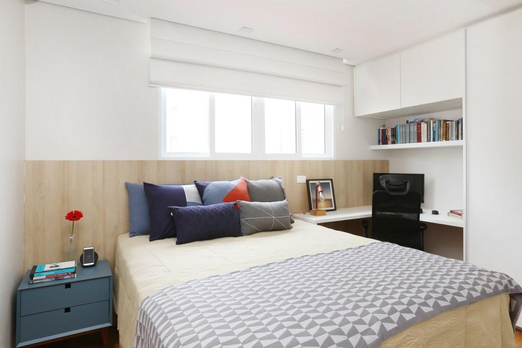 Quarto com espaço para home office