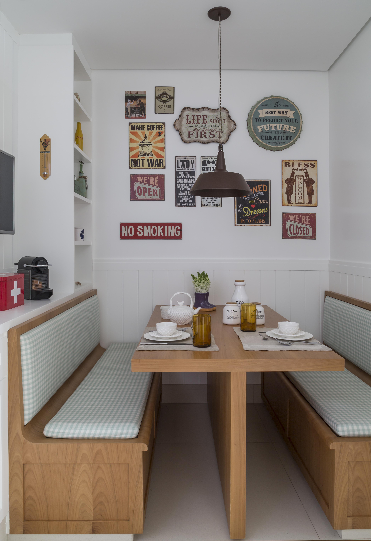 Mesa de refeições com bancos