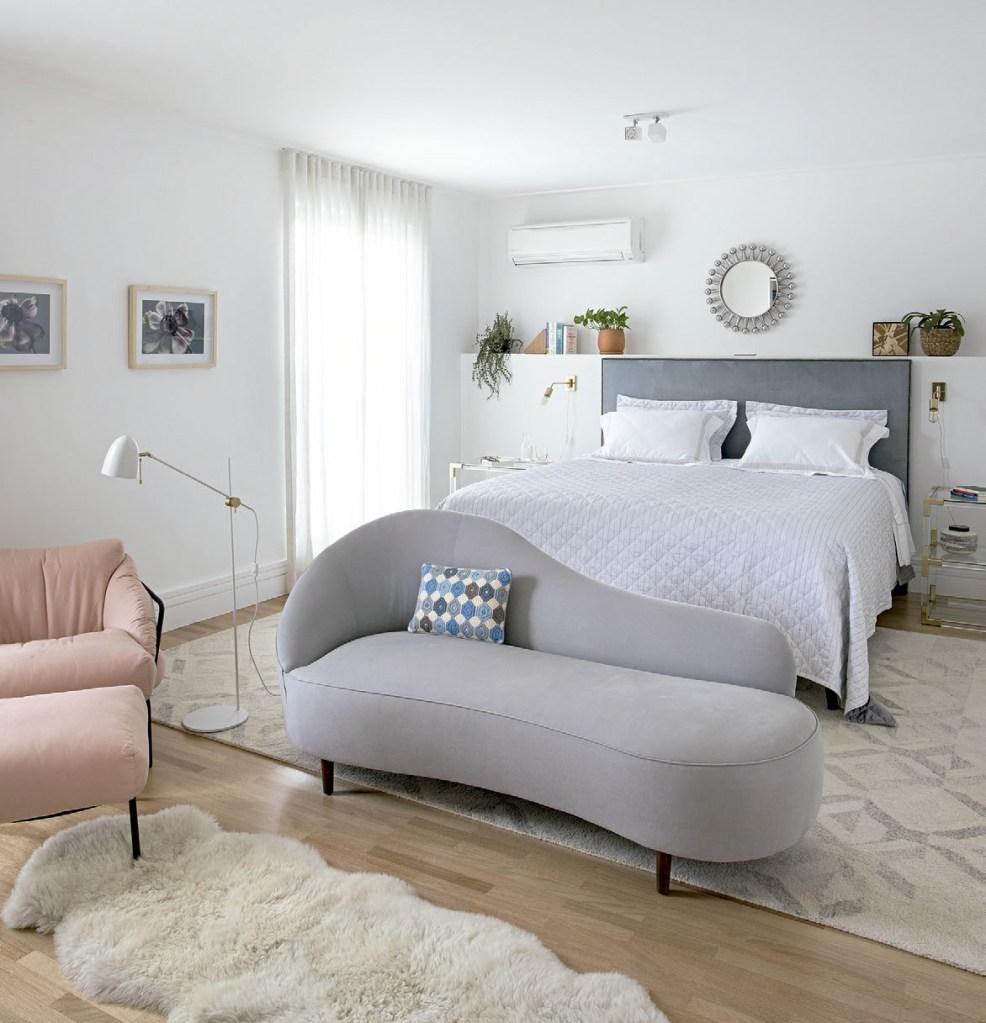 No quarto, cama da West Elm, chaise da ABC Carpet e poltrona da Carbono. Cortinas da Cortinas Serra e espelho de Jonathan Adler.