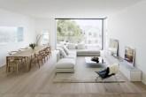 Sala de estar e jantar com décor minimalista e janela ampla