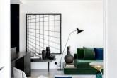 Neste apartamento, a divisão entre os ambientes é sutil: diferentes cores, elementos vazados e portas de correr delimitam os espaços