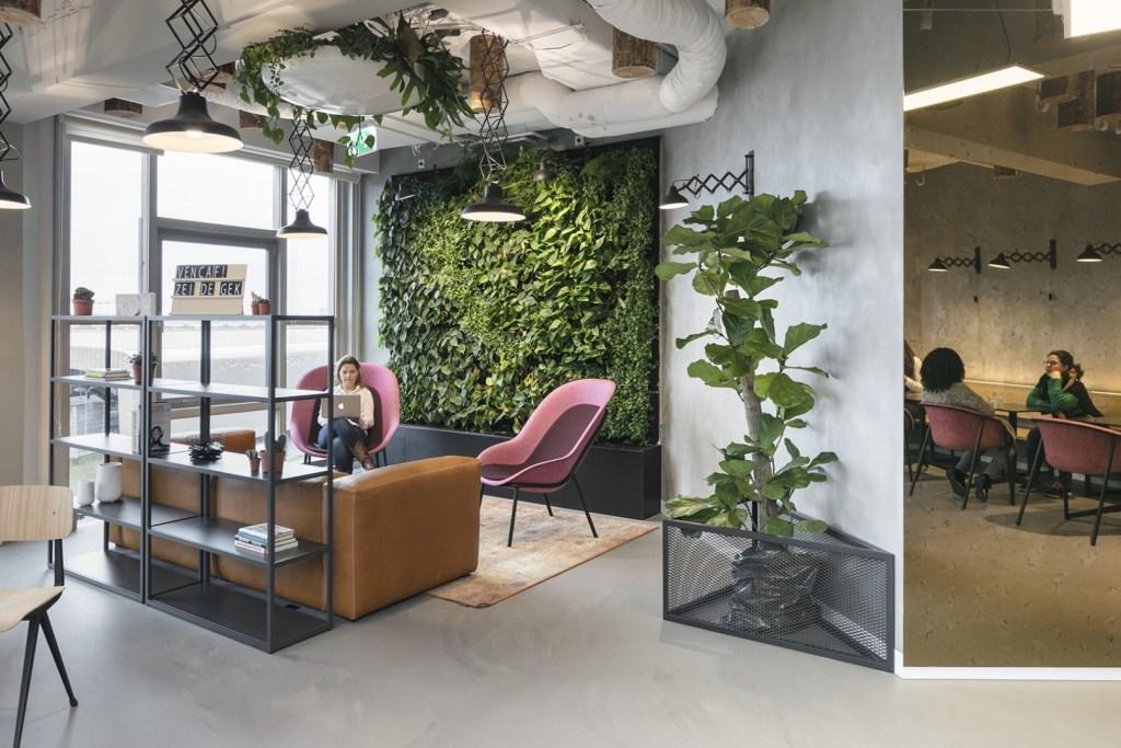 O projeto, segunda parte de uma obra iniciada em 2016, adicionou mais opções de espaços e muito verde ao Cambridge Innovation Center