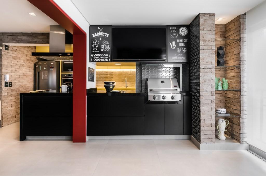Área social integrada à cozinha com décor inspirado em bares
