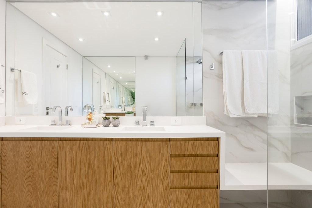Banheiro com armário de madeira