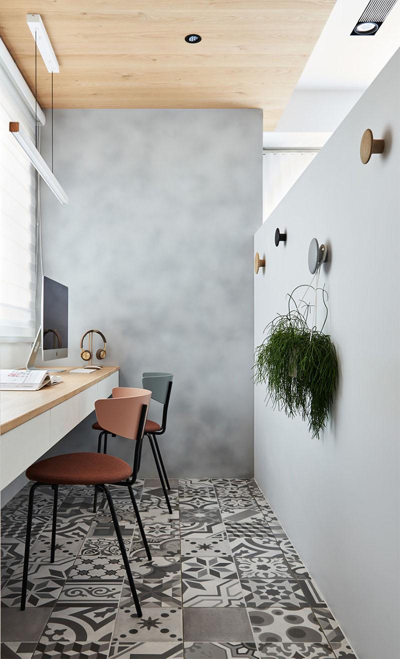 Sala de estar ganha parede divisória para acomodar home office