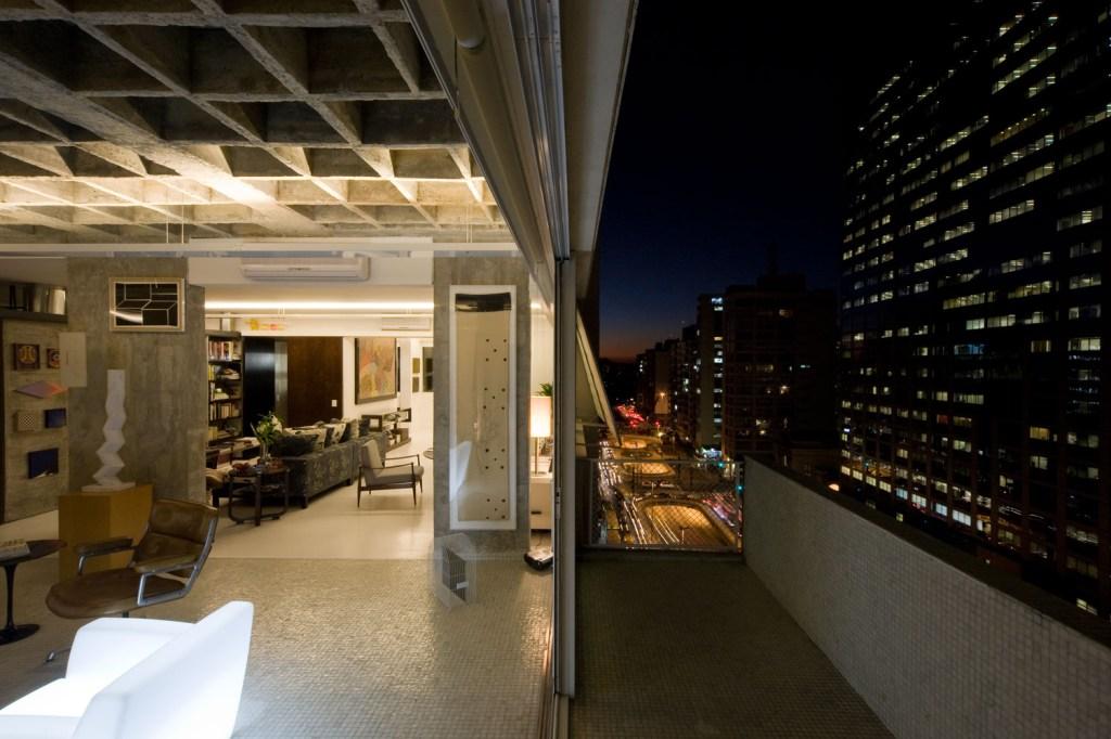 Na Avenida Paulista, o apartamento foi projetado pelo Piratininga Arquitetos Associados para um galerista