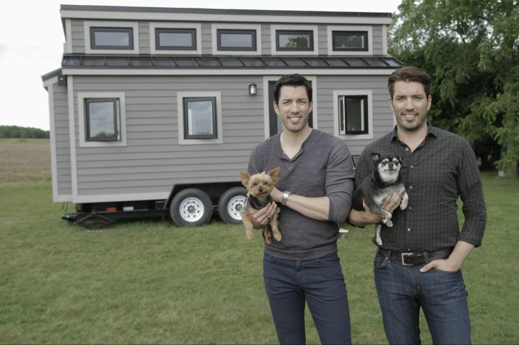 Um dos reality shows mais famosos na área da reforma e da decoração, Irmãos à Obra (Property Brothers) é estrelado pelos gêmeos Jonathan, empreiteiro, e Drew Scott, corretor imobiliário.