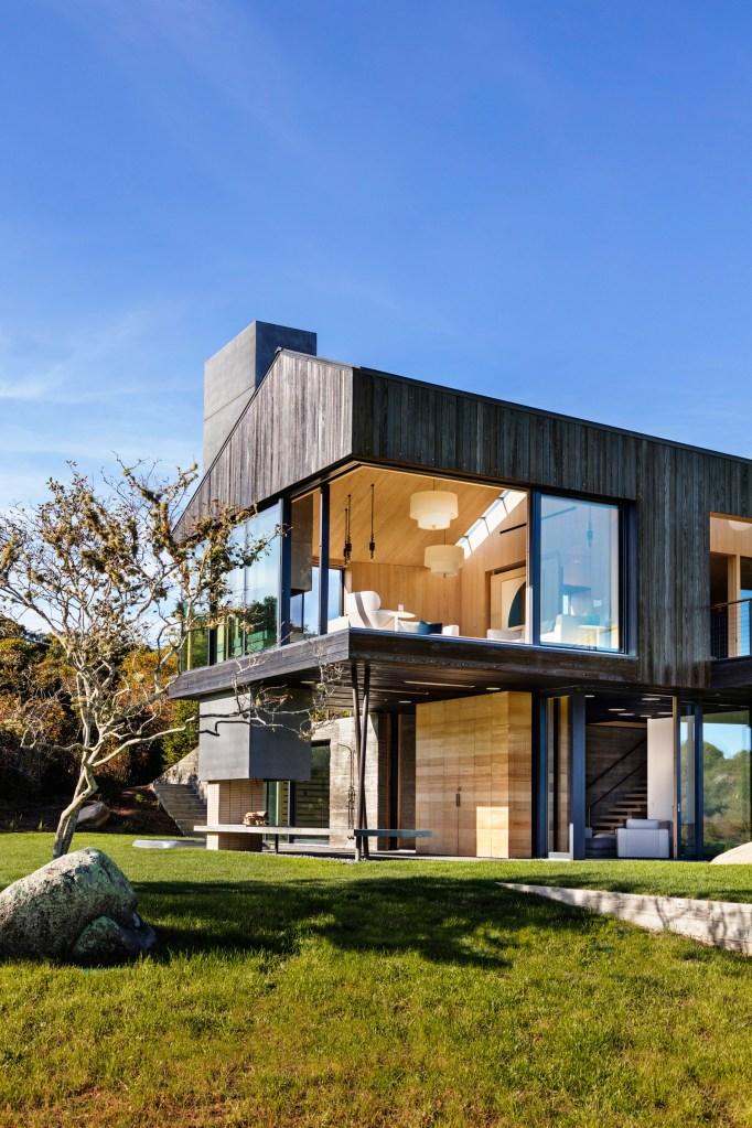 Casa com grandes aberturas para o exterior