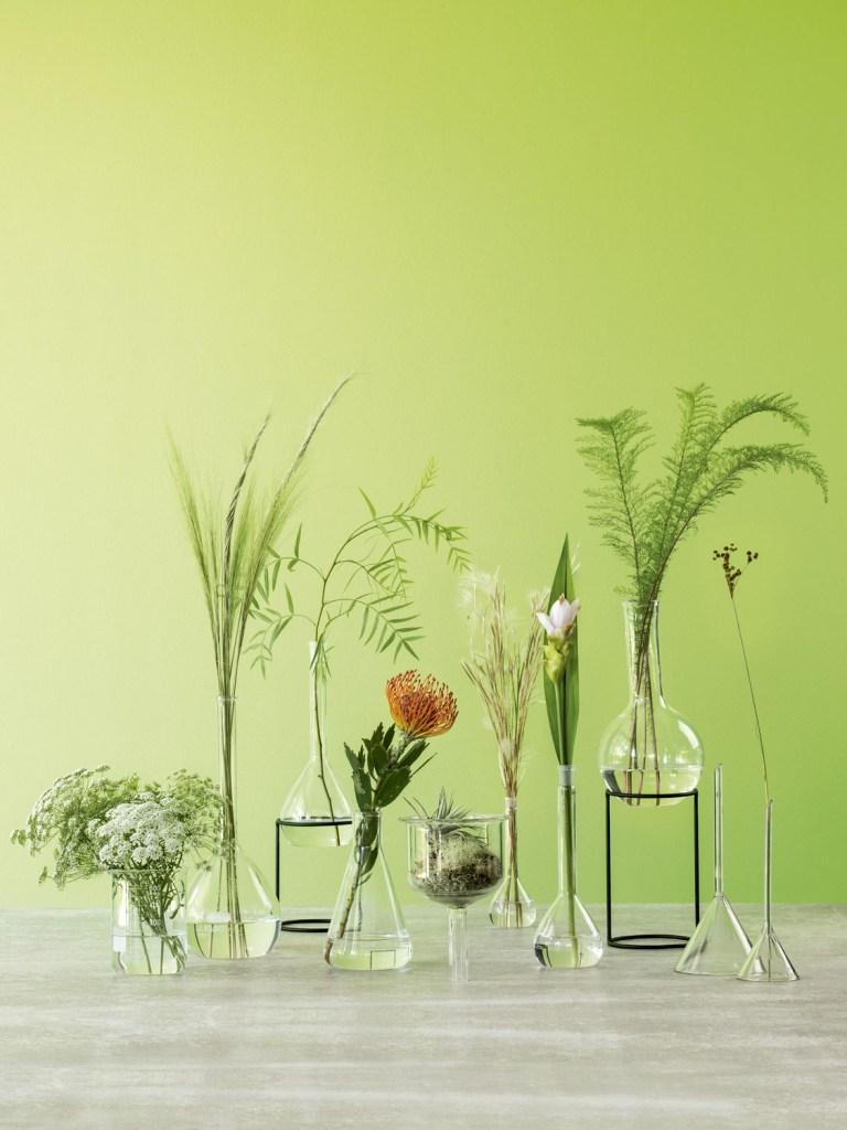 Vidros do Galpão Teo e da Amapá Flowershop, suportes da Amapá Flowershop, piso deporcelanato Cosmopolitan GR (Portinari) e parede com tinta Verde Lúdico, da Coral.