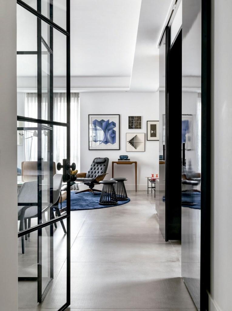 Móveis de linhas arredondadas e tons de azul e caramelo dão personalidade a este apartamento em São Paulo