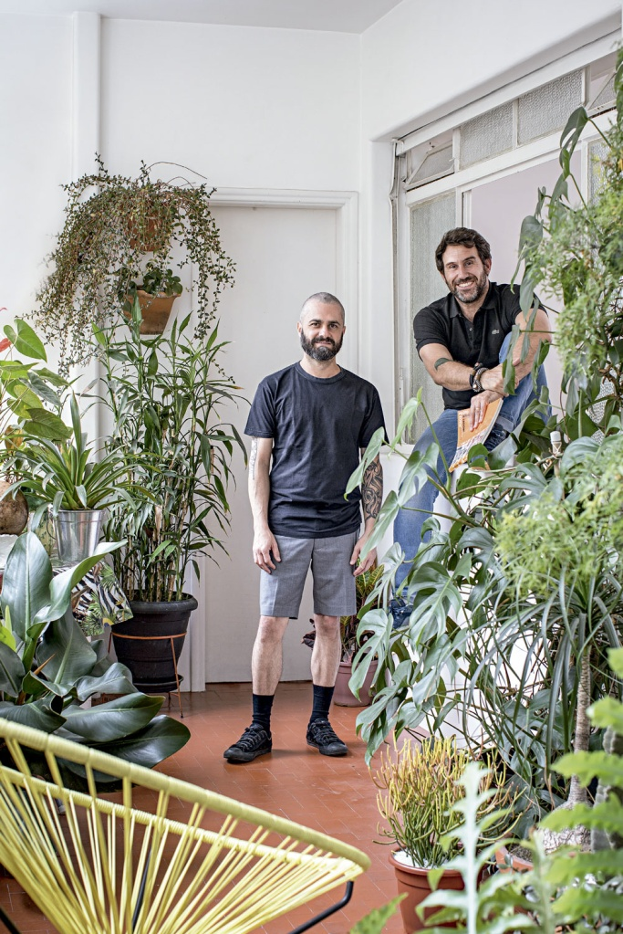 Na varanda, Felipe (à esq.) e Juan cultivam antúrio, samambaia, árvore-da-felicidade e pacová. De tempos em tempos, o paisagista Luis D'Ambrósio é chamado para checar a saúde das plantas.