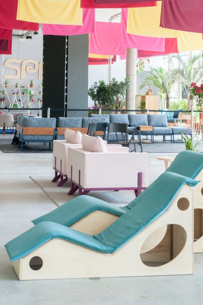 O designer criou a Thai House, um ambiente que mistura elementos da cultura tailandesa e design brasileiro contemporâneo