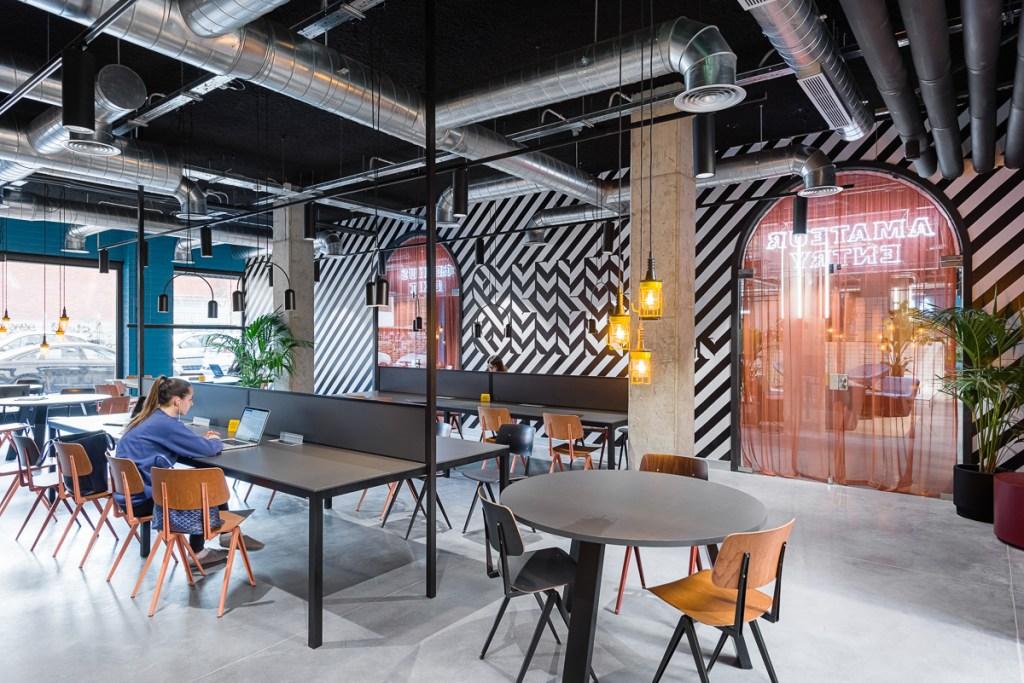 Feito em parceria com o The Student Hotel para suas primeiras filiais, o projeto de 500 quartos fica em um prédio de 21 mil metros quadrados