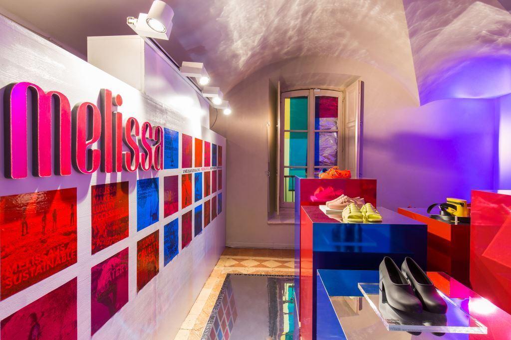 Melissa e NONE collective levam instalação para Milão