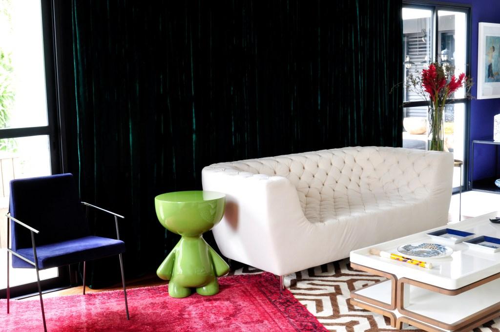 Cores vibrantes e móveis com design assinado guiaram o décor deste apê