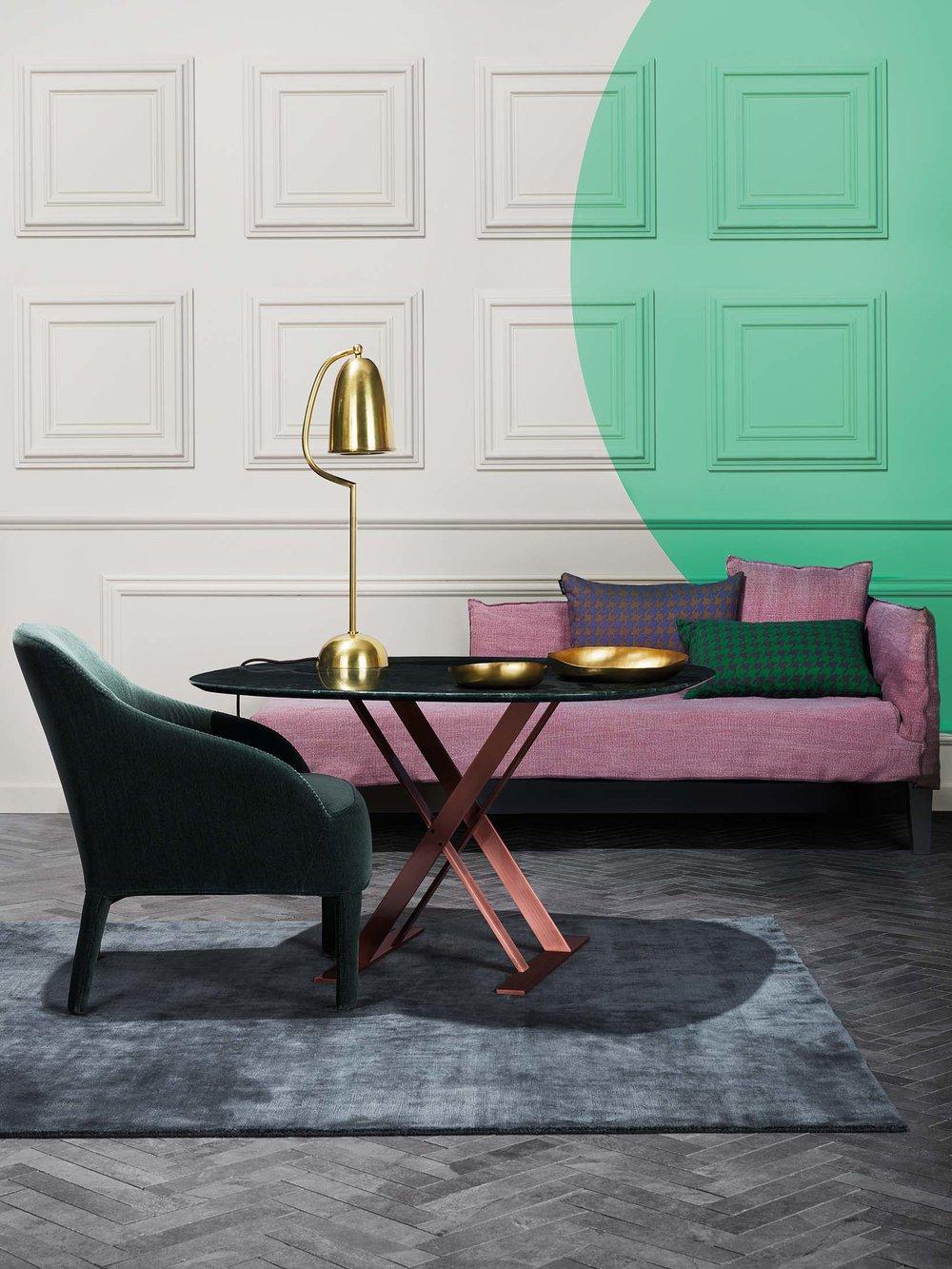 Sala de estar com sofá rosa