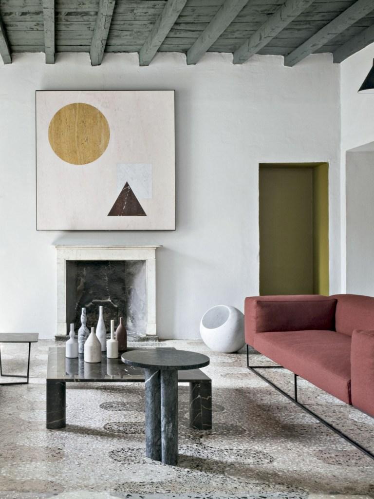 Usar cores fechadas e profundas na base do décor nos ajuda a desconectar do mundo lá fora. Além disso, essa paleta é imune a modismos