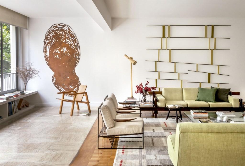 Obras do artista plástico e de amigos se destacam nas paredes brancas deste apartamento carioca