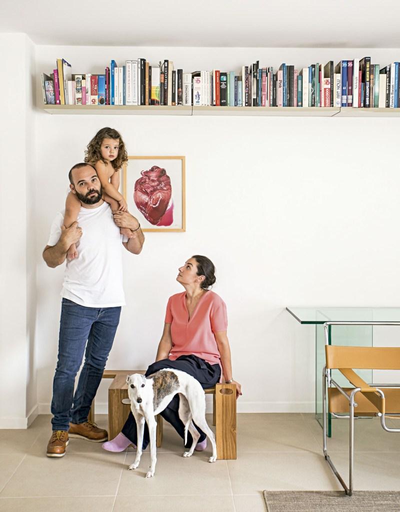No quarto do casal, painel de madeira com obra de Rubem Valentim e cadeiraFormiga vintage. Ao fundo, escultura da avó do morador.
