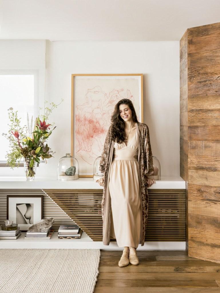 Camila diante do desenho de Tunga da série Ethers, que retrata a relação energética entre corpos e cristais – pedras de que ela gosta e espalha pela casa.