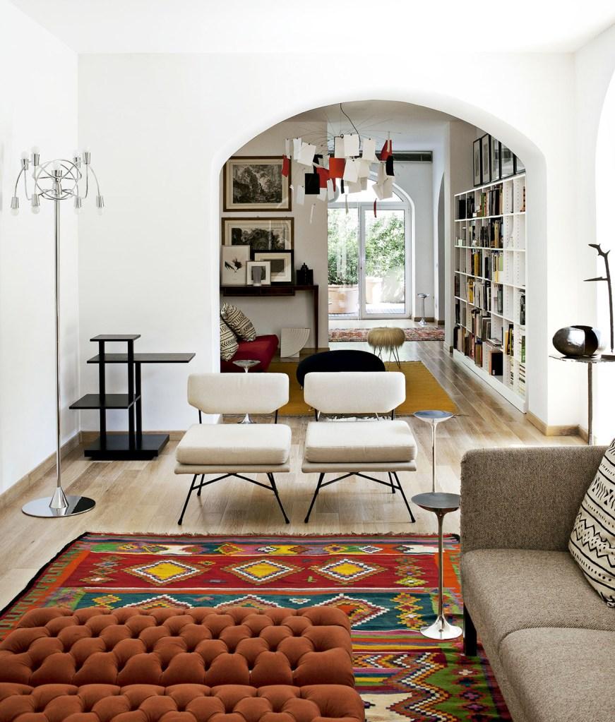 O morador transformou o espaço, onde expõe seu acervo de arte e design