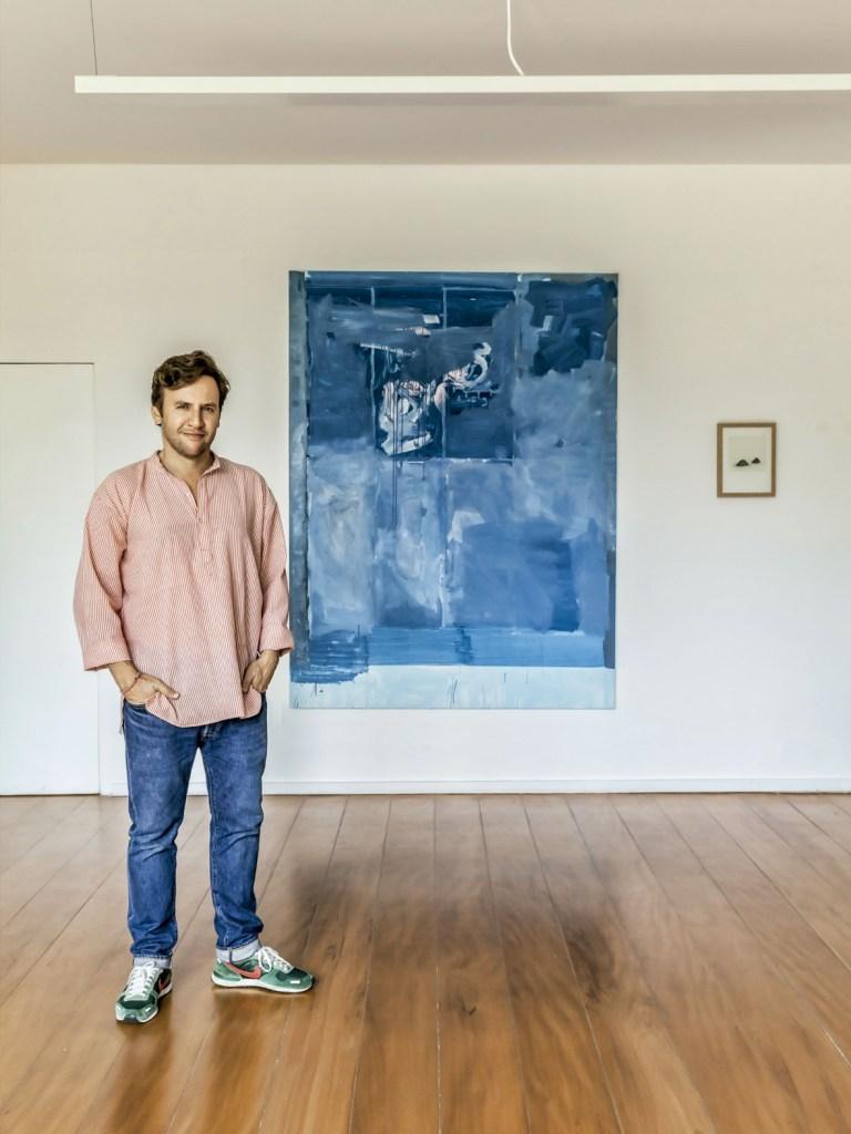 Ricardo à frente de obras dos amigos Bruno Dunley e Renata De Bonis (à dir.). O morador se encantou pela tela azul quando ela ainda estava sendo produzida, no ateliê do artista.