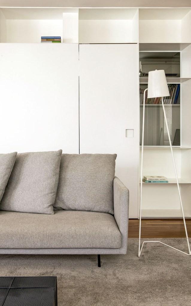 O sofá da Carbono e o abajur da Skandium, comprado em Londres, seguem as linhasretas da marcenaria.