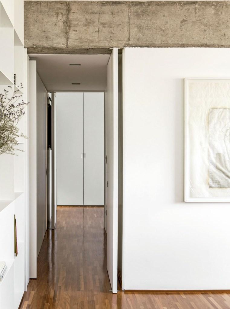 Uma das coisas que mais agradam a moradora é a linearidade do apartamento, o que garante fluidez de uma ponta a outra.