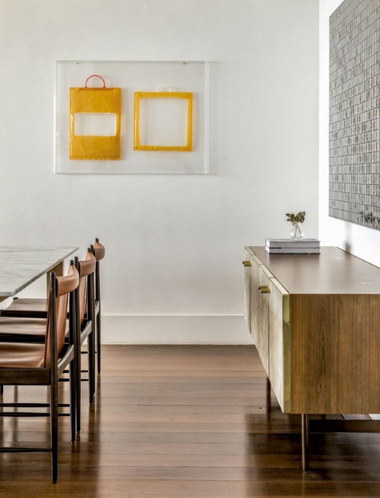 No canto da sala de jantar, obra de Jac Leirner, uma das artistas favoritas da moradora.